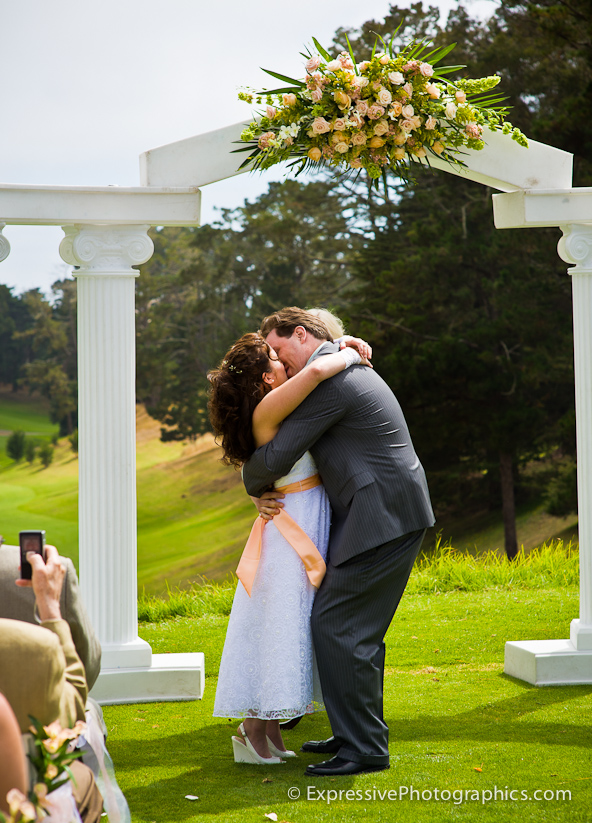 seascape golf club wedding ceremony kiss