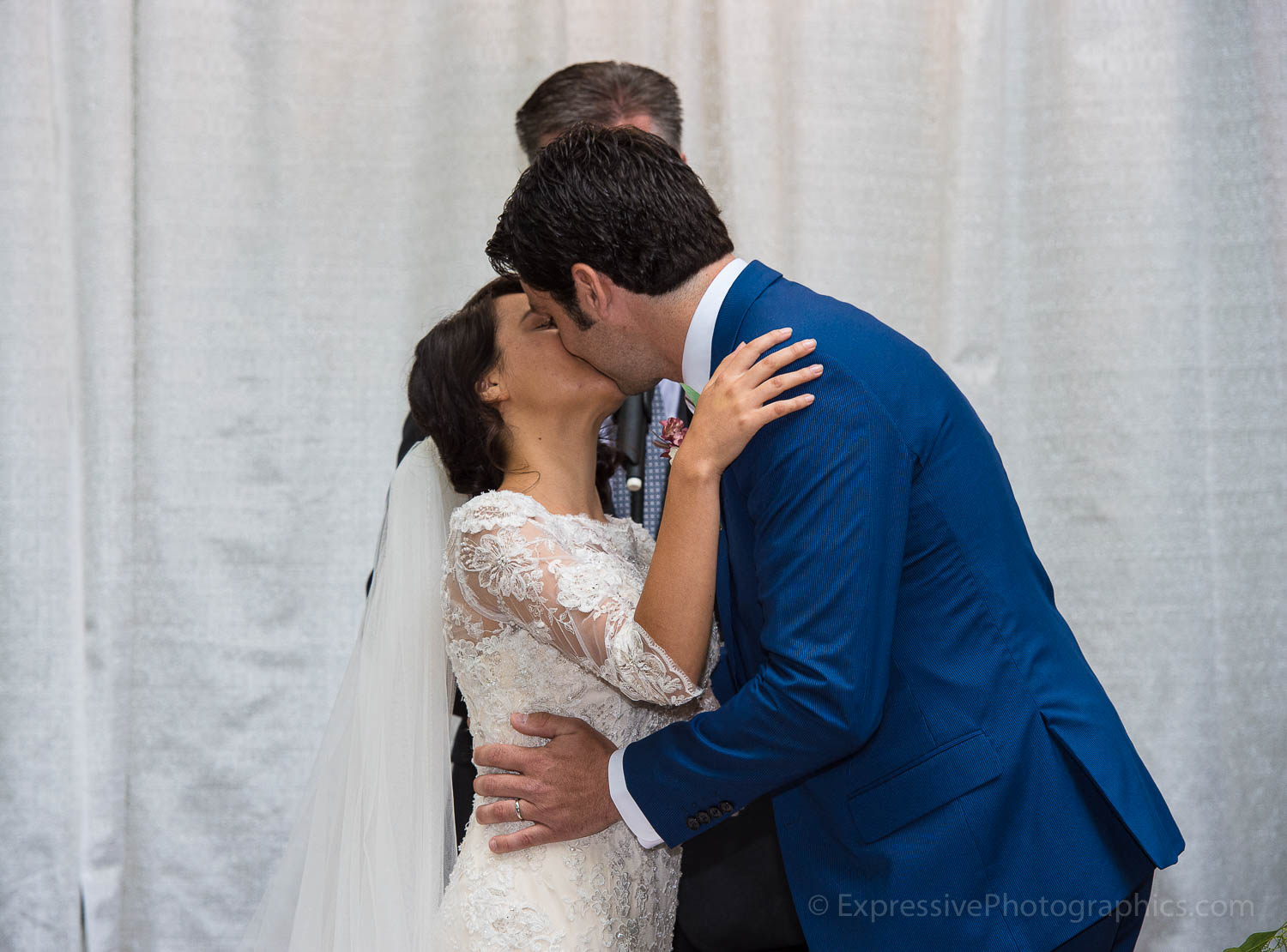 023-sand-rock-farm-wedding-kiss-023